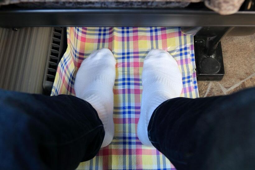 車内では、ビニールシートを敷いて靴を脱ぐと、足が楽になる