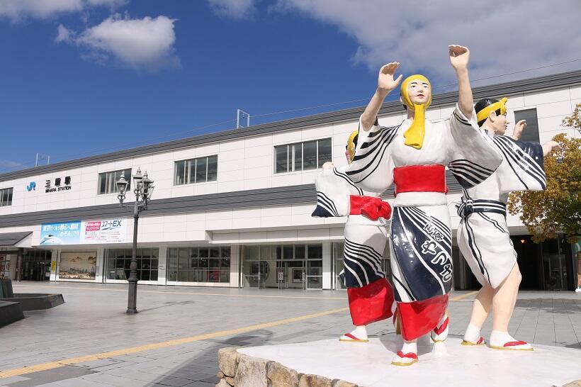 夏の風物詩「三原やっさ祭り」の像が飾られた三原駅