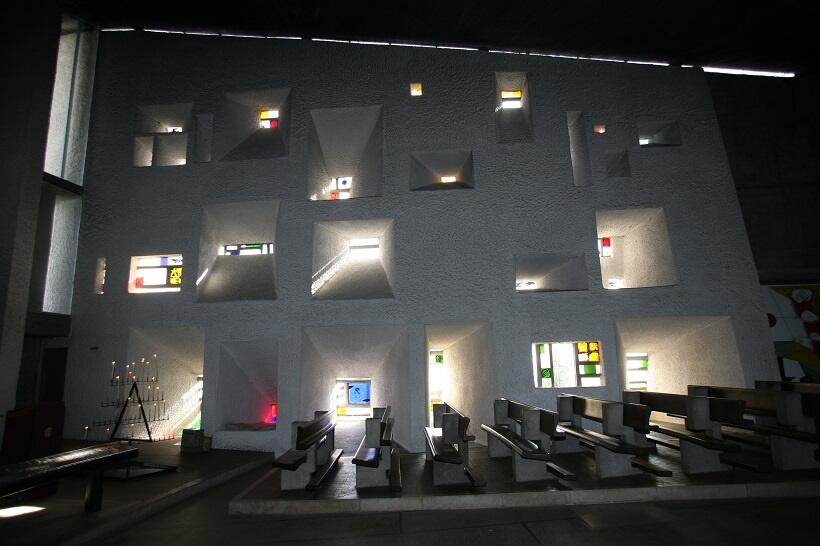 壁の開口部のステンドグラスを通じて光が差し込む ©laporterie/AONDH