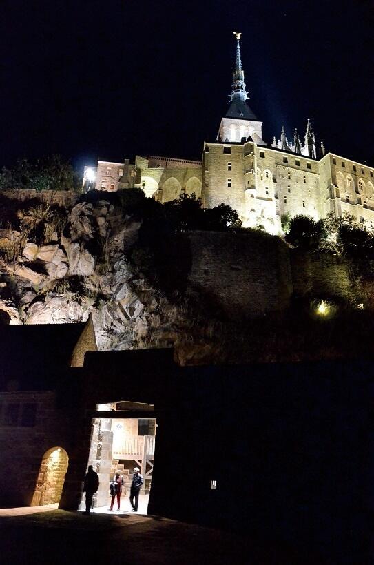 ライトアップされたモン・サン=ミッシェル。城門から灯りがもれる