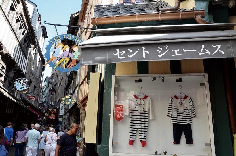 島内の商店には、日本語の表示もあった