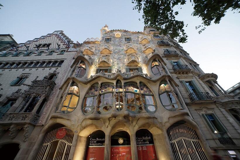 下から見上げた建物正面(写真/スペイン政府観光局)