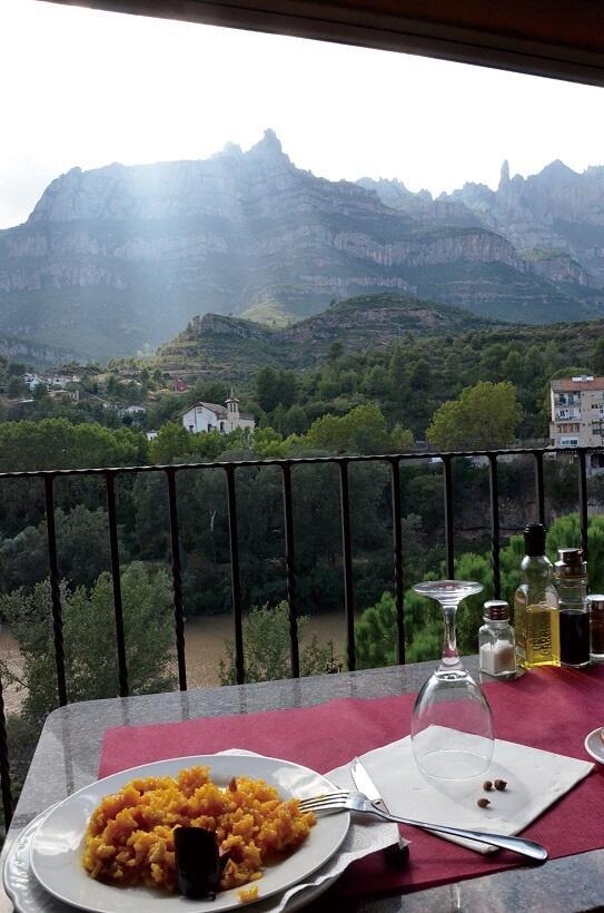 モニストロル・デ・モンセラート駅近くにあるレストランからはモンセラートの山が見えた