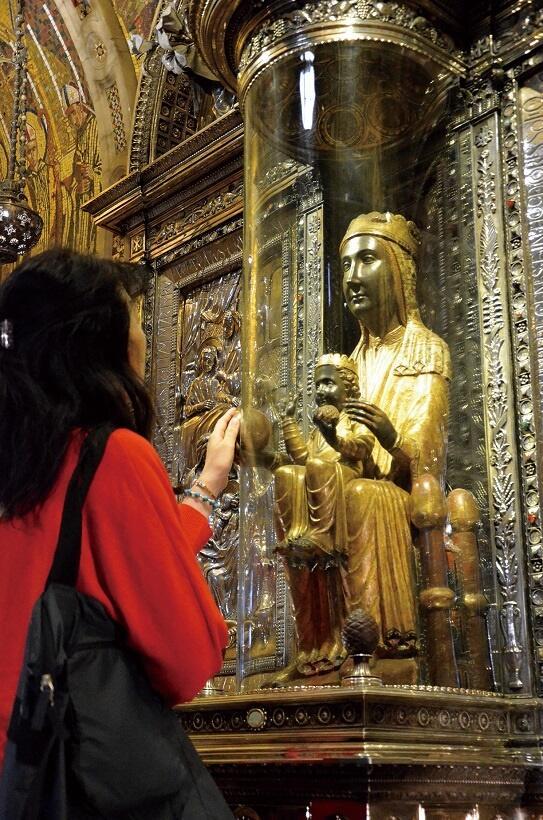 「黒い聖母マリア像」。幼子キリストを膝に乗せ、右手には「天球」を持つ