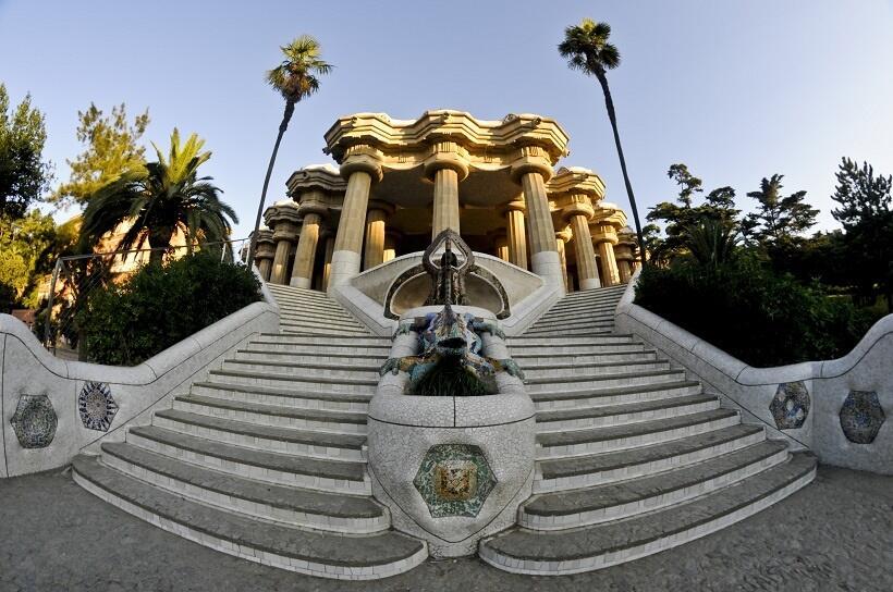 正面の大階段。中央広場を支えるギリシャ風の列柱が見える(写真/スペイン政府観光局)