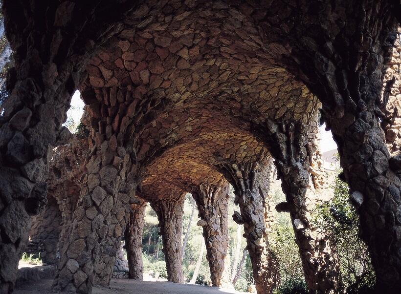 斜めに立つ柱が並んでいる石造りの回廊(写真/スペイン政府観光局)