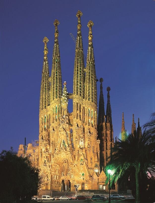 ライトアップで金色に輝く、夜のサグラダ・ファミリア(写真/スペイン政府観光局)