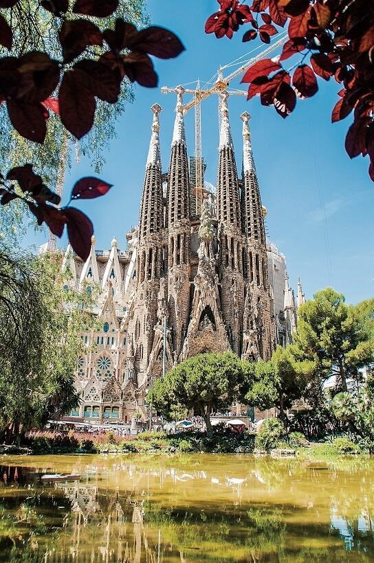 美しい樹木に囲まれたサグラダ・ファミリア cortesia de Agencia Catalana de Turismo