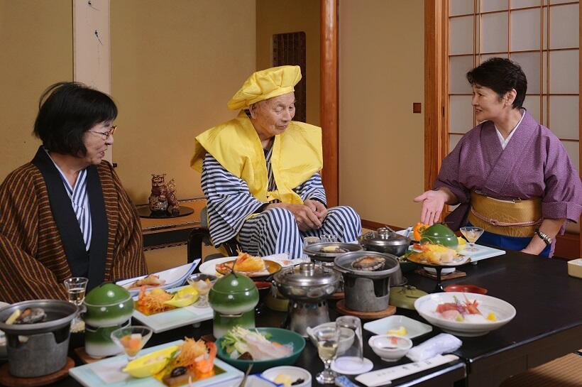 傘寿を祝う黄色いちゃんちゃんこ姿で夕食