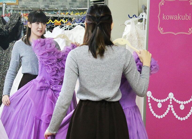 温泉宿で、ドレスでコスプレ