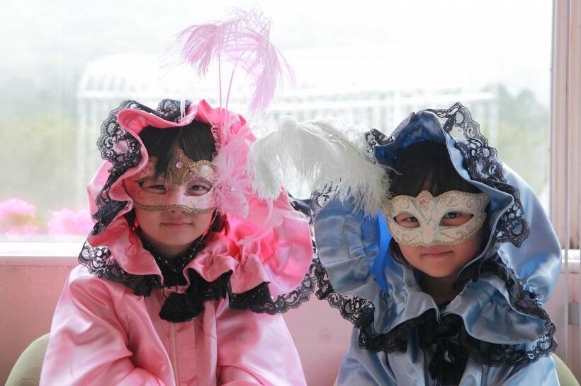 かわいい子供用の仮面やマント
