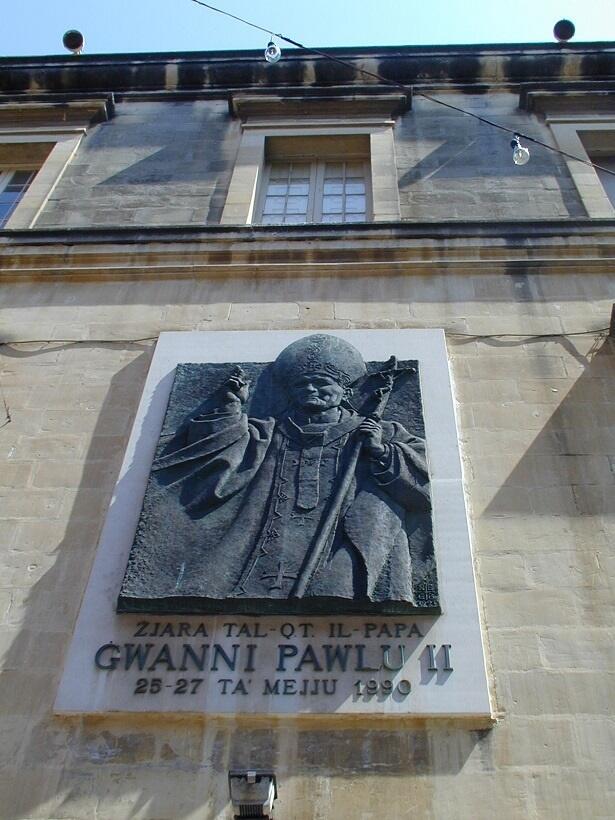 ローマ教皇ヨハネ・パウロ2世が1990年5月にマルタを訪問したことを記した銘板