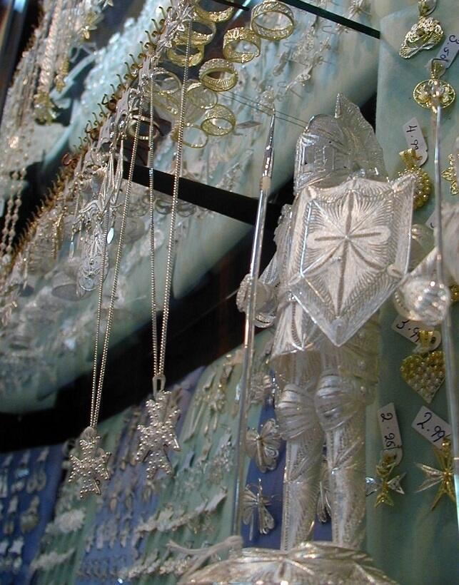 マルタ十字のペンダント、騎士の盾にも十字がデザインされている