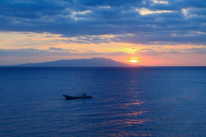 宿から眺める伊豆大島と朝日の絶景