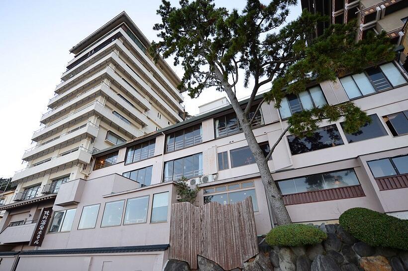 海辺にそびえる北川温泉ホテル