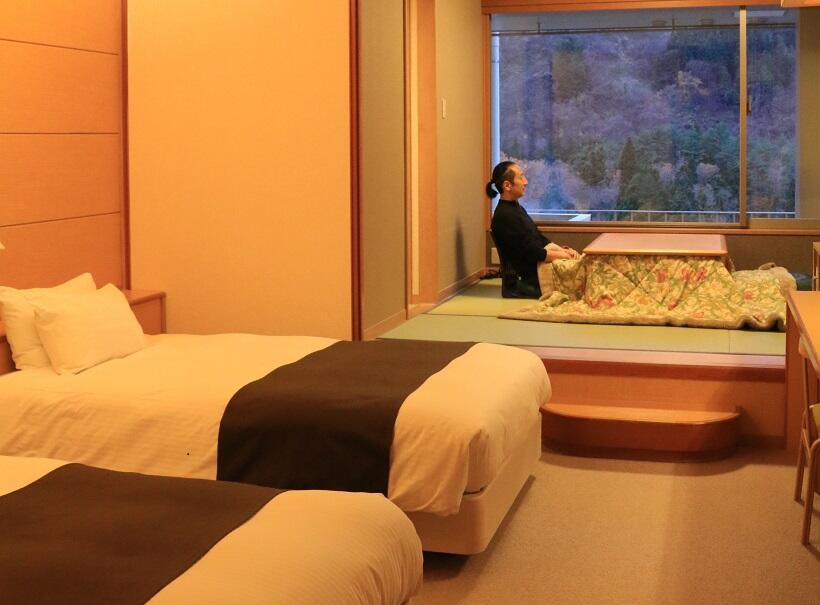 露天風呂付き客室の和洋室には窓際に掘りごたつがある