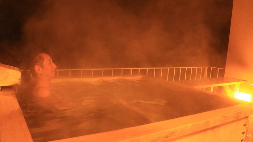 夜の入浴は湯煙の白煙が一段と風情を醸す