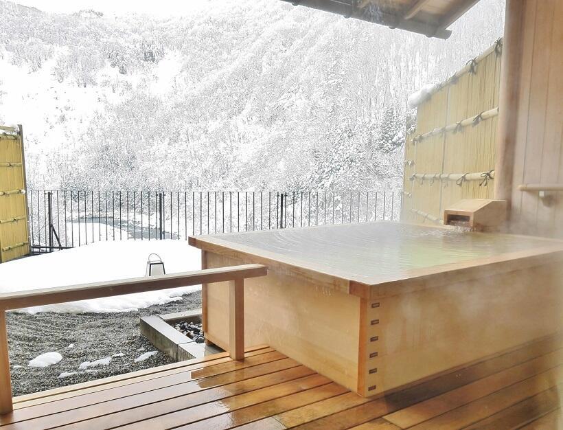 客室露天風呂で雪の渓谷美を独占②