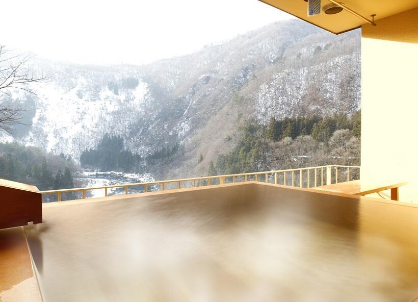 客室露天風呂で雪の渓谷美を独占①