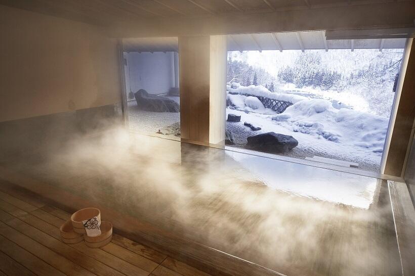 渓谷を眺める大浴場「古代檜の湯」