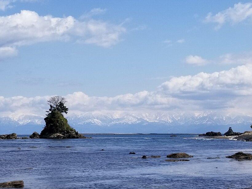 海風が心地良い展望デッキで、日本有数の絶景・雨晴海岸を望む道の駅