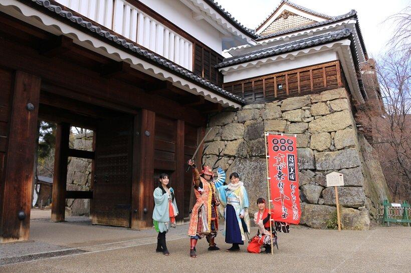 上田城跡公園で観光客を迎える「信州上田おもてなし武将隊」