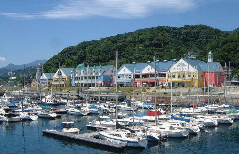 伊豆の土産が一堂にそろい、海を望む温泉も人気の道の駅