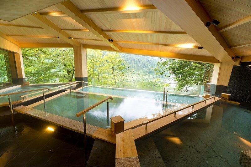 広々と開放的な造りの浴場
