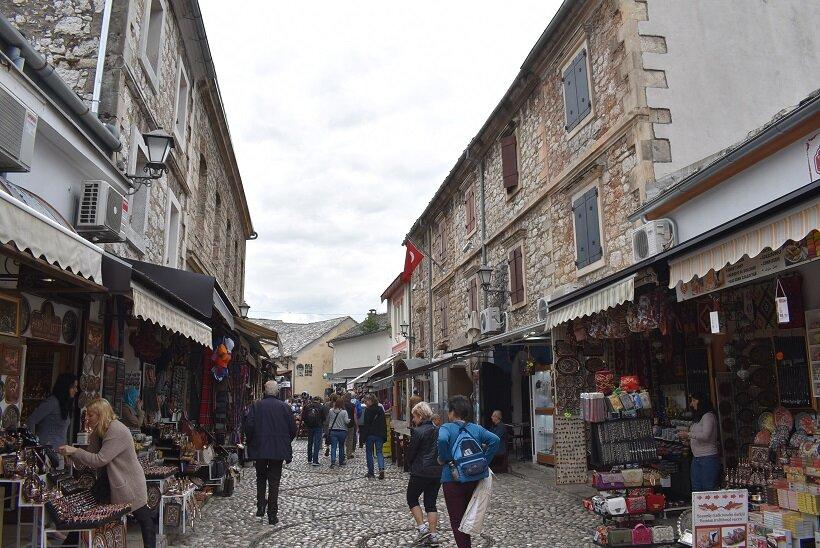旧市街に軒を連ねる土産店