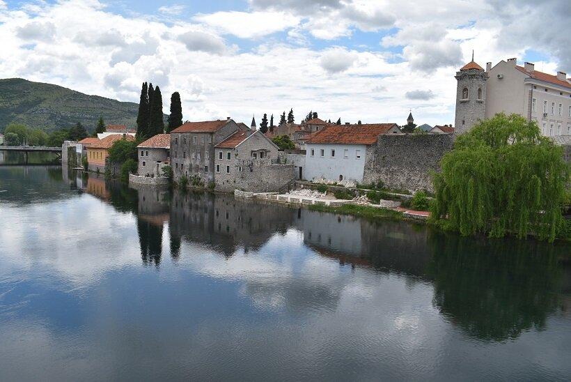 ボスニア・ヘルツェゴビナへの旅(4)川面に映るトレビニエの街並み