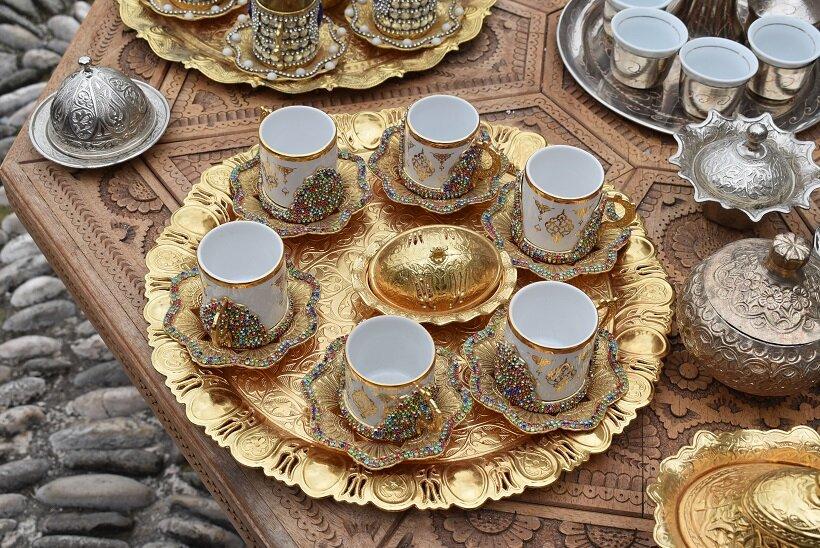 トルコ風の装飾が施されたコーヒーカップや盆のセット