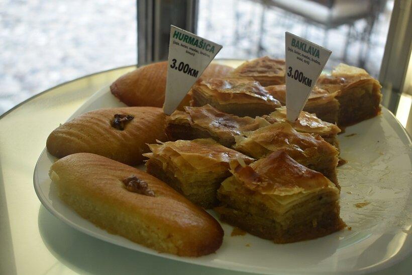 写真右側に並ぶ菱形の菓子は、とても甘い定番デザート「バクラヴァ」