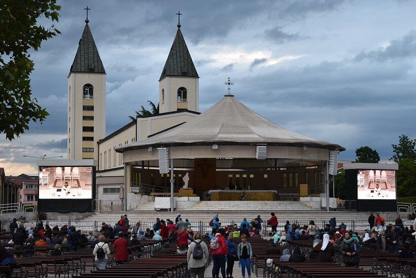 メジュゴリエのカトリック教会のミサには世界各国からの巡礼者が参加する