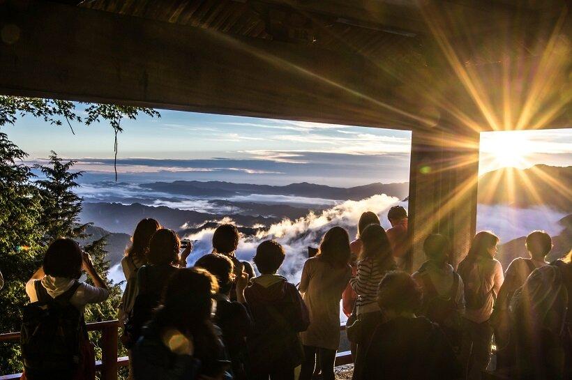 三峯神社の遥拝殿から幻想的な雲海と日の出を眺められることもある(写真提供/三峯神社)