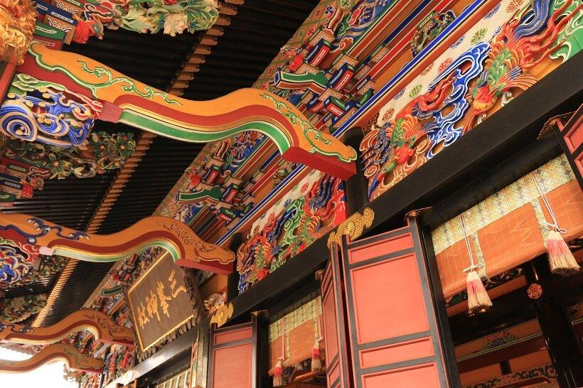 極彩色豊かな拝殿の彫刻