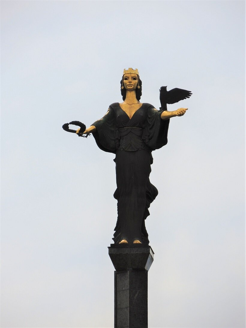 """街を見守る女神ソフィア像。首都名にもなっているソフィアは""""英知""""という意味があるという"""