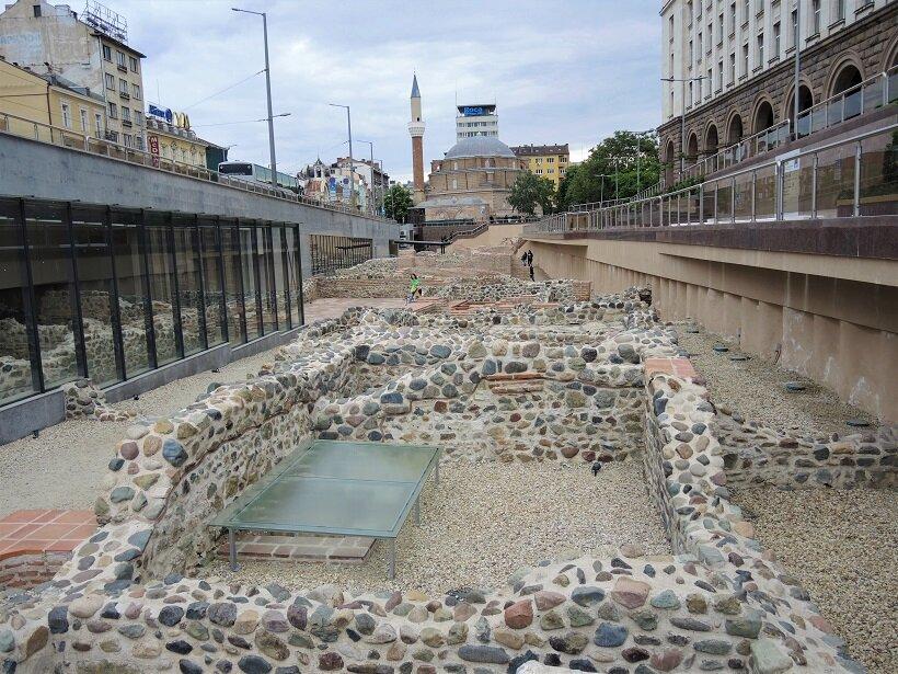 地下鉄のセルディカⅡ駅を出ると広がっているセルディカの遺跡