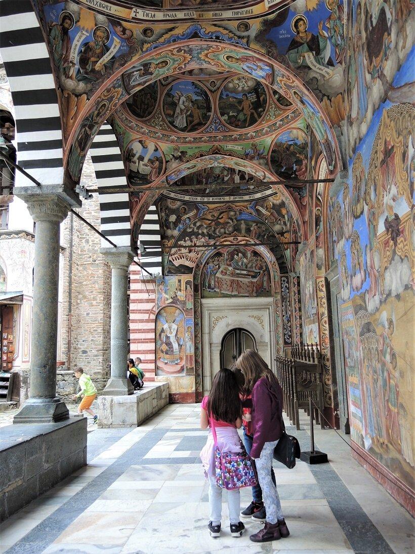 リラ修道院の回廊を埋める美しいフレスコ画