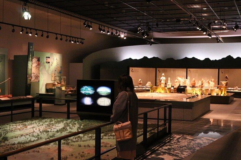間近で本物を見てもらおうと、ガラスケース展示が少ないかみつけの里博物館