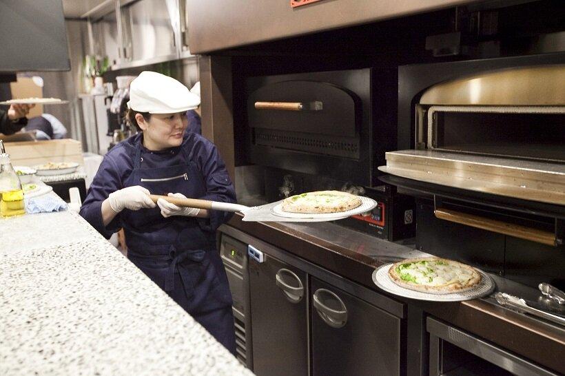 電気窯で焼かれたピザは湯気が上がるほど熱々のまま乗客へ