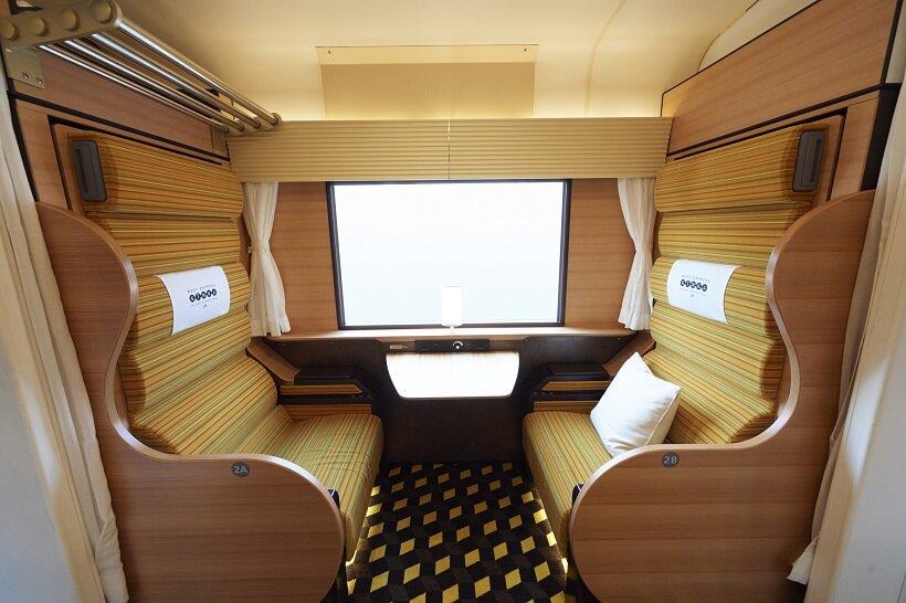 1号車はボックスシートが向かい合わせで、夜行時にはベッド状に替わる