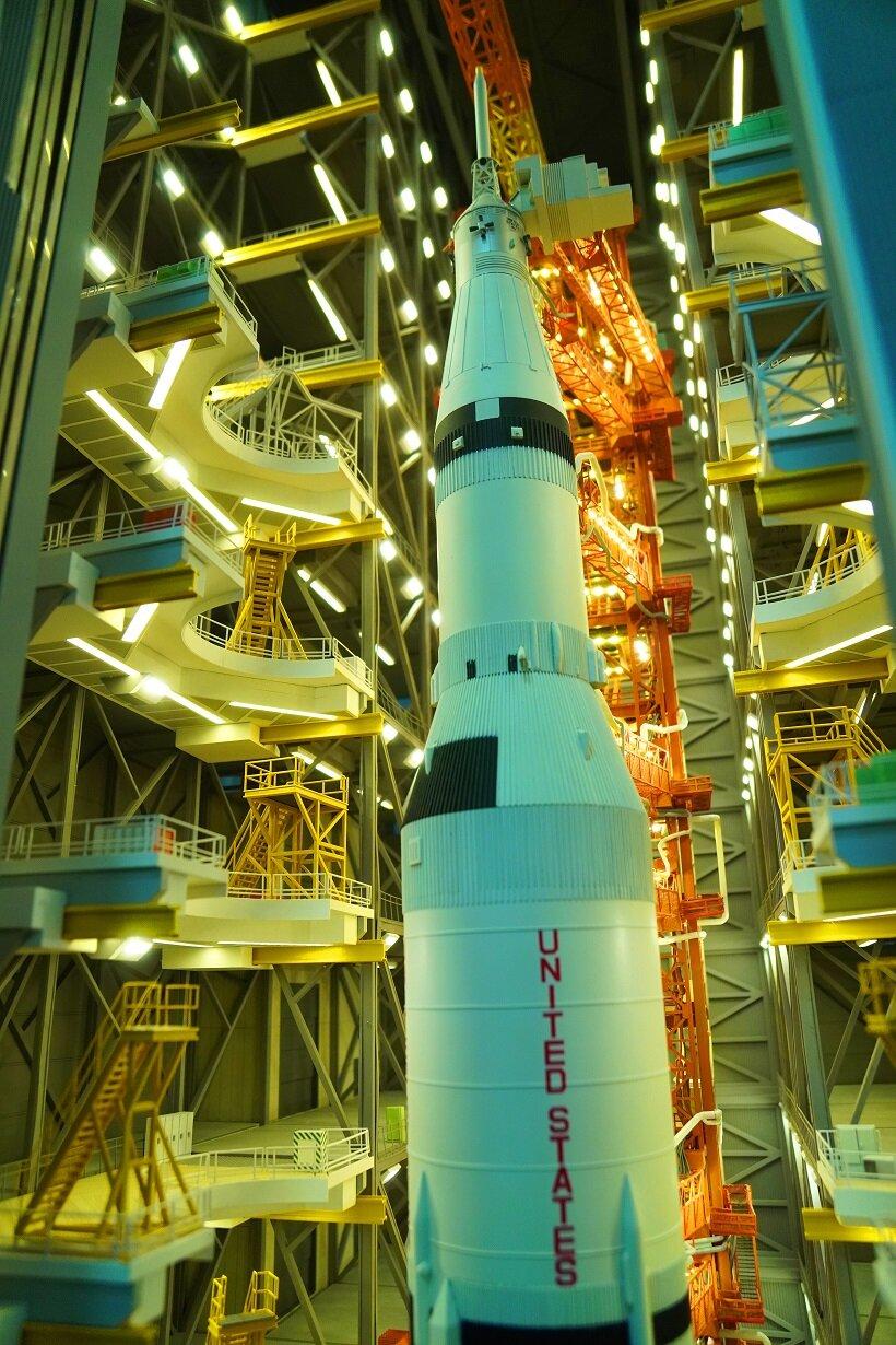 サターン型ロケットの打ち上げでは、発射時の噴射スモークや音も忠実に再現(c)SMALL WORLDS