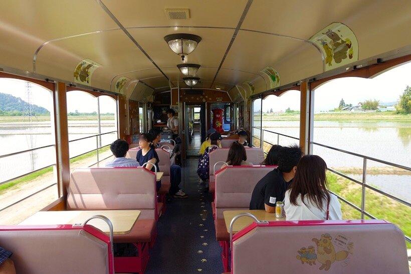 南会津の渓谷沿いを快走する、お座トロ展望列車(2)