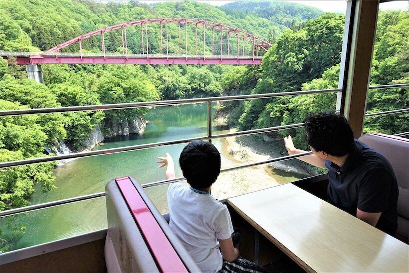 南会津の渓谷沿いを快走する、お座トロ展望列車(1)