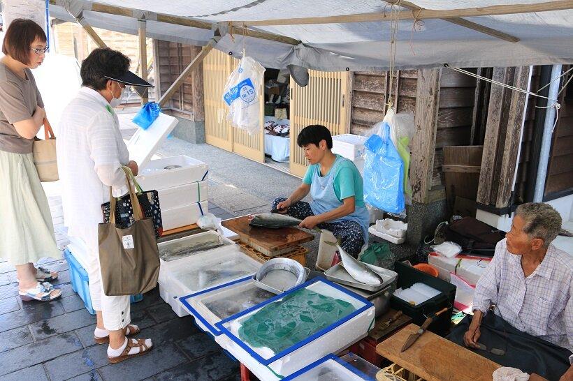 地元客の注文で魚をさばく米谷礼子さん(左)と米谷はる子さん(右)