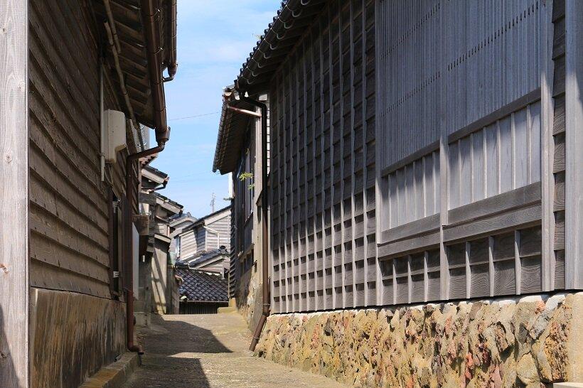 細い路地が巡る黒島の家並み