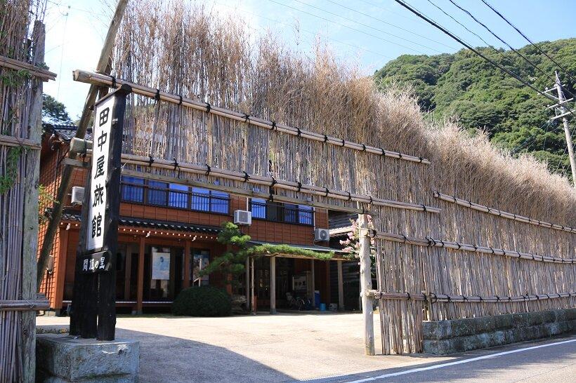 間垣が連なる大沢集落(写真は田中屋旅館)