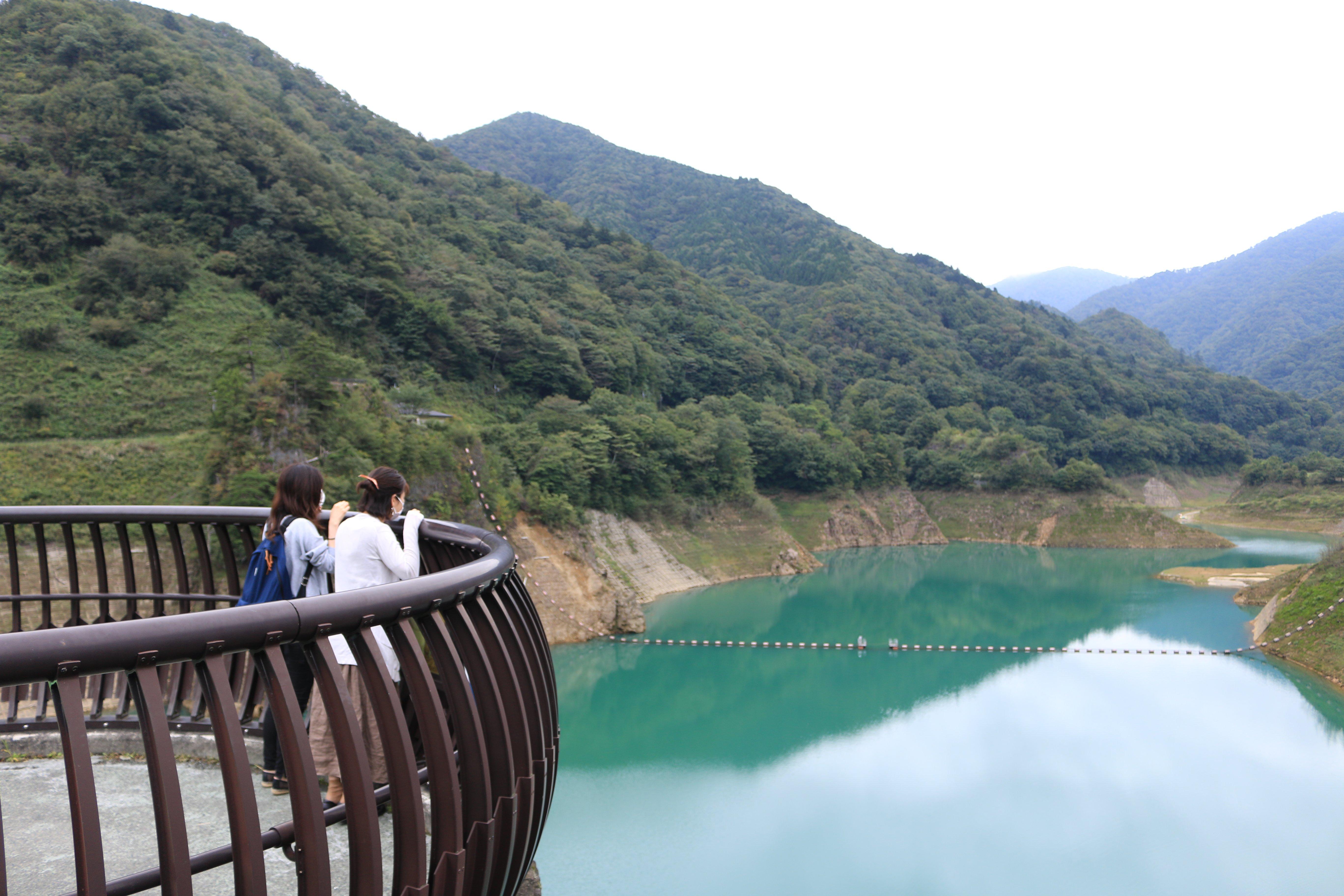 ボートやカヌーを楽しめる四万川ダムのダム湖は一周4.5㌔。途中に展望台も点在している