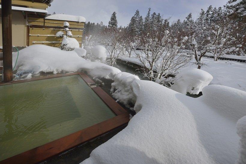日に輝く雪景色の眺めも素敵な客室露天風呂