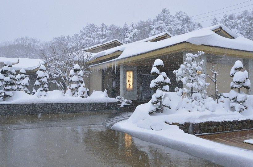 雪の静寂に包まれる静楓亭